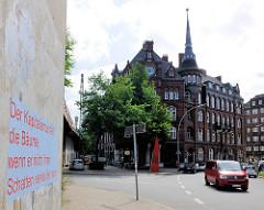 Münzburg in Hamburg Hammerbrook - Schriftzug auf einer Wand an der Strasse: DER KAPITALISMUS FÄLLT DIE BÄUME, WENN ER NICHT IHREN SCHATTEN VERKAUFEN KANN.