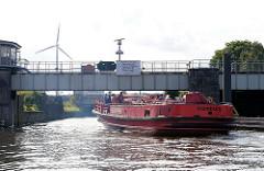Einfahrt eines Feuerlöschboots in die Rugenberger Schleuse; bei Hochwasser kann das Schiff der Hamburger Feuerwehr nur bei herunter gefahrenem Führerhaus die Schleuse passieren.