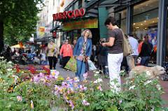 Mercado in der Ottenser Hauptstrasse. Blumenverkauf auf der Strassen.