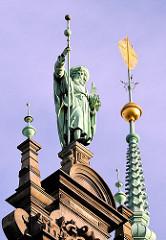 Skulptur des Heiligen Jacobus auf dem Dach des Hamburger Rathauses.