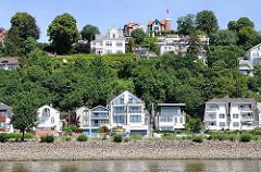 Uferbebauung in Hamburg Blankenese - Süllberg mit Restaurant und Hotel. Das Elbufer ist mit Steinen befestigt.