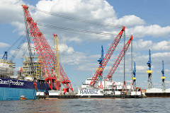Schwimmkran RAMBIZ im Hamburger Hafen - der größte Schwimmkran Europas hat eine Länge von 85m und eine Tragfähigkeit von 3300 Tonnen.