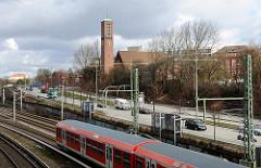 S-Bahn Schienen U-Bahnschienen Bahnschienen Bürgerweide und Erloeserkirche, Kirchturm der Borgfelder Kirche.