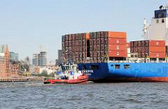 Das Containerschiff HS CHOPIN läuft in den Hamburger Hafen ein - im Hintegrund die Speichergebäude von Hamburg Altona und die Baustelle Tanzende Türme an der Reeperbahn von Hamburg St. Pauli.