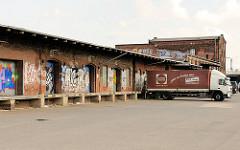Lagerschuppen mit Laderampe - Lkw an der Rampe - historisches Lagergebäude in der Hafencity Hamburg im Oberhafenareal.