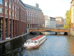 Blick auf das Alsterfleet / Admiralitätsstrassenfleet zur Heiligengeistbrücke in der Hamburger Neustadt - ein Fahrgastschiff der Alsterflotte fährt mit Touristen an Bord Richtung Schaartorschleuse.