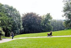 SpaziergängerInnen auf den Wegen des Elbbergs - Bäume am Elbhang in Hamburg Ottensen.