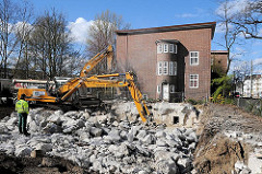 Röhrenbunker als Zivilschutzanlage im II. Weltkrieg am Winterhuder Weg - Abriss des unterirdischen Bunkers. Zertrümmerung der Betonteile mit einem Hydraulikmeissel.