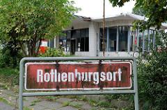 Schild Stadtteilgrenze Rothenburgsort - im Hintergrund eine denkmalgeschützte Tankstelle der 1950er Jahre am Billhorner Röhrendamm.