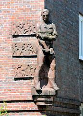 Terrakottaskulptur von  Kuöhl - Fassade Adolf von Elm Hof - Bilder aus Hamburg Barmbek Nord.