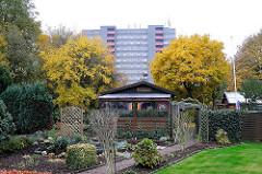Kleingartenverein am Friedrichshuder Weg - Schrebergarten im Stadtteil Lurup - Hochhaus im Hintergrund.