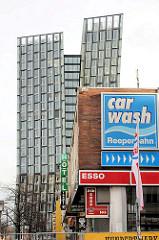 Werbung der Essotankstelle Reeperbahn auf Hamburg St. Pauli - Neubau Hochhäuser Tanzende Türme vom Hamburger Architektenbüro BRT – Bothe, Richter, Teherani.