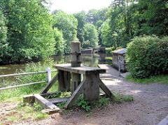 Historische Schleusenanlage an der Alster /  Mellinburger Schleuse im Hamburger Stadtteil Wohldorf-Ohlstedt.
