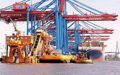 Baggerarbeiten im Hamburger Hafen - der Bagger ODIN arbeitet am Burchardkai - im Hintergrund ein Frachter unter den Containerbrücken und ein Polygon der Köhlbrandbrücke.