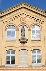 Fassade des St. Gertruden Stifts. Gelber Klinkerbau in der Buergerweide
