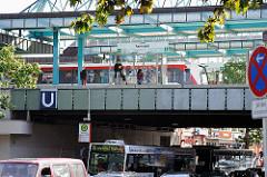 Hochbahnhaltestelle Farmsen - Glasdach über dem Bahnsteig der Hochbahn. Strassenverkehr mit HVV Bus unter der Hochbahnbrücke.