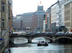 Fahrgastschiff auf dem Alsterfleet in Hamburg Neustadt - im Hintergrund das Steigenberger Hotel beim Graskeller
