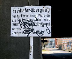 """Schild an der Zollgrenzstation Hamburg Veddel """"Freihafenübergang nur für Personen mit Ware, die als Freigut eingeführt wird."""""""