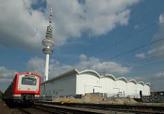 Blick über die Gleise der S-Bahn zu den Messehallen und dem Hamburger Fernsehturm.