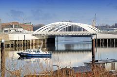 Eisenbahnbrücke und Strassenbrücke beim Veddeler Damm / Zufahrt zum Saalehafen - Polizeiboot auf dem Wasser des Spreehafens.