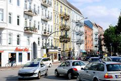 Strassenkreuzung mit Autoverkehr - Gründerzeitfassaden mit Balkons - Osterstrasse in Hamburg Eimsbüttel.