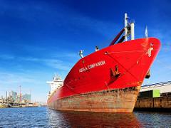 Bulk Carrier AQUILA COMPANION am Max-Brauer-Kai im Hamburger Steinwerder Hafen - rotes Frachtschiff im Hamburger Hafen.