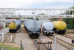 Auf vier Gleisen stehen bei einem Tanklager in Hamburg Wilhelmsburg Tankwagen.