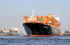 Das Container Vessel TORONTO EXPRESS hat eine Länge von 294m und eine Gesamtbreite von 32m - es  4402 TEU / Standardcontainer transportieren.