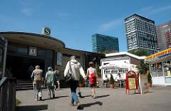 Eingang S-Bahn Station Berliner Tor an der Bürgerweide - im Hintergrund Hochhäuser am Berliner Tor,