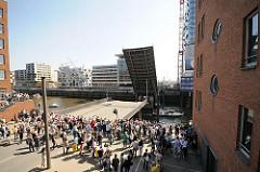 Geöffnete Klappbrücke am Sandtorhafen in der Hamburger Hafencity - Schaulustige.