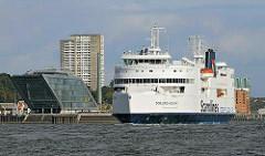 Faehrschiff der Vogelfluglinie Schleswig Holstein vor dem Bürogebäude Dockland.