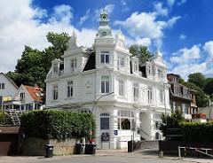 Weisses Gründerzeitgebäude des 1902 erbauten Blankeneser Strandhotels.