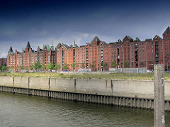 Ericusgraben mit Blick zu den Speichergebäuden in der Hamburger Speicherstadt am Brooktorkai - davor verläuft der Zollzaun des Hamburger Freihafens.
