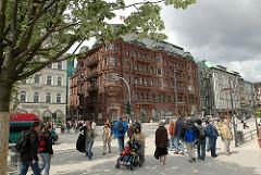 Passanten auf dem Jungfernstieg - Blick zu den alten Geschäfts- und Kontorhäusern an der bekannten Hamburger Strasse.