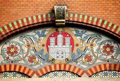 Hamburgwappen im Mosaikdekor der ehem. Realschule Weidenstieg im Hamburger Stadtteil Eimsbüttel.