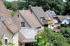 Einzelhäuser mit Spitzdach - Gebäude in der Hügellandschaft von Hamburg Eissendorf - Fotos aus den Stadtteilen der Hansestadt Hamburg.