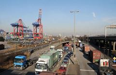 Lastwagenverkehr mit Containern auf Walteshof - Containertransport auf der Strasse.