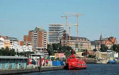 Blick von der Elbe auf Hamburg St. Pauli; lks. die Hafenstrasse - re. die Gebäude des Tropeninstituts und der Navigatinsschule sowie der alte Astraturm (2005)