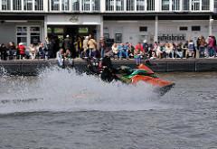 Wassermotorrad, Jetboot in voller Fahrt auf der Elbe vor Hamburg Teufelsbrück.