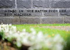 Ehrenhain der Hamburger Widerstandskämpfer auf dem Ohlsdorfer Friedhof - Menschen wir hatten euch lieb, seid wachsam.