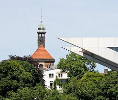Christianskirche von Hamburg Ottensen - barocker Kirchenbau von 1738 - Spitze der Büroarchitektur Dockland am Elbufer.