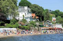 Sommertag an der Elbe - Sonnenhungrige am Elbstrand, Elbufer in Hamburg Othmarschen bei der Strandperle.
