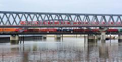 Eisenbahnbrücke über den Billehafen / Oberhafenkanal in Hamburg Rothenburgsort. Ein S-Bahnzug und ein Güterzug befahren die Brücken.
