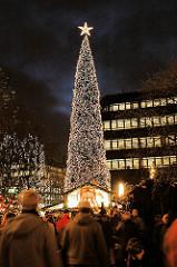 Weihnachtsmarkt in Hamburg Spitaler Strasse - mit Lichterketten geschmückter Weihnachtsbaum - Marktbuden + Passanten; Fotos aus dem Stadtteil Hamburg Altstadt.