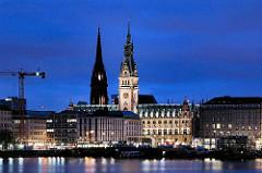 Hamburg zur Blauen Stunde -  Blick über die Binnenalster zum Gebäude des Hamburger Rathauses, des im Stadtteil Hamburg Altstadt liegt.