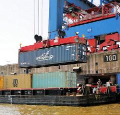 Beladen einer Schute mit einem Container am Kai des Container Terminals Altenwerder - Fotos aus dem Hafen Hamburgs.