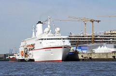 Kreuzfahrtschiff DEUTSCHLAND am Hamburger Cruise Center in der Hafencity - das Tankschiff SÜLLBERG hat längseits festgemacht - Baustelle, Kräne Unileverhaus (2008)