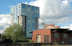 Bürogebäude / umgebaute Silos am Schellerdamm in Hamburg Harburg; im Vordergrund ein Lagergebäude auf dem Gelände des ehem. Güterbahnhofs. (2005)