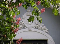 Kastanien Blüte Stuckdekor im Fuhlsbüttler Kleekamp.