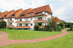 Bilder Hamburger Architektur - Wohnanlage in Hamburg Lohbrügge, Boberg; Balkons mit Ziegelverkleidung - rot gepflasterter Weg in der Grünanlage